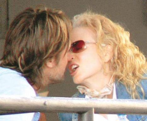 Tarih Mart 2007... Oscar'lı oyuncu Nicole Kidman, eşi Keith Urban'ın dudaklarını 'ham' yapmaya hazırlanırken...